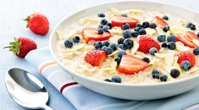 Kết hợp yến mạch với các loại trái cây sẽ giúp bữa ăn không bị nhàm chán