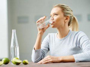 Uống đủ nước giúp làn da của mẹ sau sinh trở nên mịn màng hơn