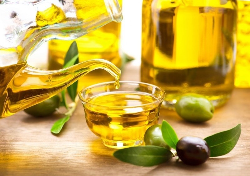 Dầu oliu chứa nhiều tinh chất tốt cho da và trị nám sau sinh