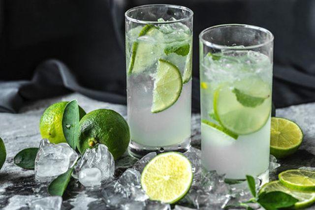 Uống nhiều nước chanh để trị sạm da chăm sóc da tại nhà