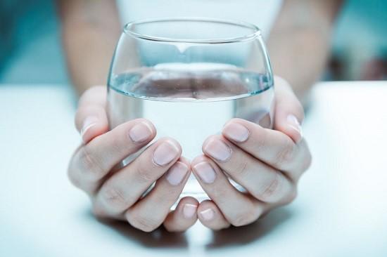 Uống nhiều nước mỗi ngày để tăng tính đàn hồi vùng da quanh bụng